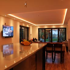 Kitchen-diner with drop-ceiling RGBW LEDs